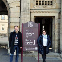Holger Mann und Simone Lang vor dem Eingang zum St. Georg Klinikum Leipzig