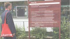 Holger Mann vor einem Wegweiser des St. Georg Klinikums in Leipzig